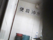 国内某高校女厕偷拍2目测这学校的美女特别喜欢穿牛仔裤