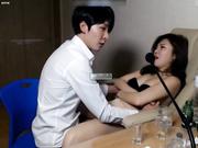 性感女神正和朋友视频聊天时男友突然扯掉女的胸罩要操B,女的奋力反抗!