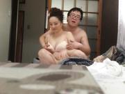 普通话对白样子猥琐的眼镜胖科长还挺会玩的啪啪前先让漂亮媳妇挑个丝袜网袜穿着干