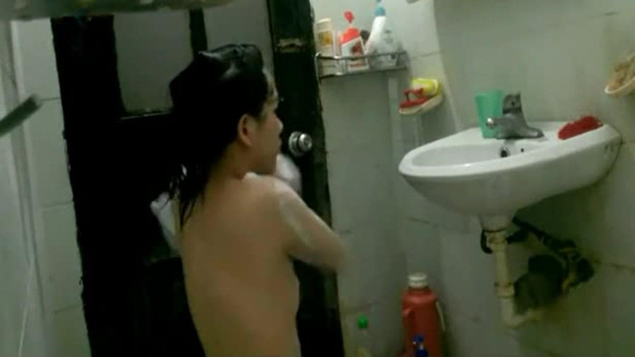 居家美眉洗澡被拍