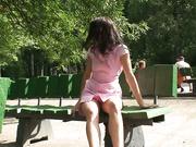 公园名胜古迹不惧路人全裸展示美妙姿势真是让人咂舌